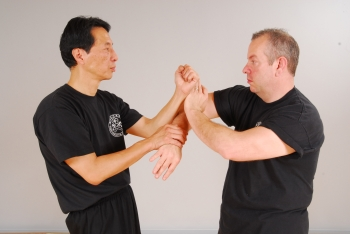 sam kwok showing bong lap drill for wing chun